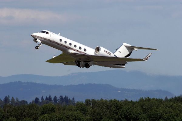 Gulfstream G400 stimated price tag: $36,000,000 | Photo © User: Planephotoman / Wikimedia Commons / CC-BY-SA-3.0